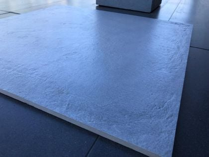 POGRUBIONY jasny szary betonowy gres 60x60 R10