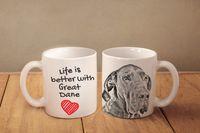 """Dog niemiecki - kubek z wizerunkiem psa i napisem """"Life is better..."""". Wysokiej jakości kubek ceramiczny."""
