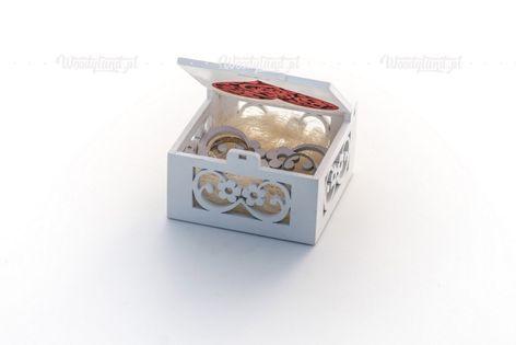 Szkatułka, pudełko z czerwonym sercem - na obrączki ślubne.