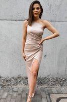 Sukienka na jedno ramię z rozcięciem- beżowy błysk XXL (44)