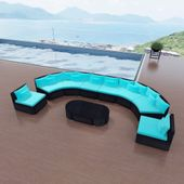 Sofa ogrodowa z polirattanu z niebieskimi poduszkami