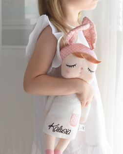 Lalka z imieniem w białej sukience