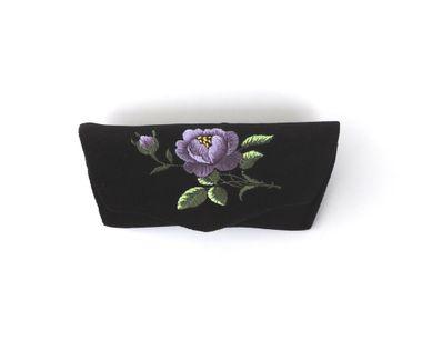 Czarne etui na okulary z haftem łowickim - fioletowa róża