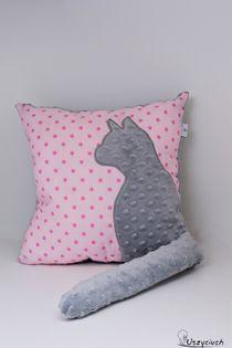 Poduszka z kotem i ogonem 3D szary kot w różowych gwiazdkach