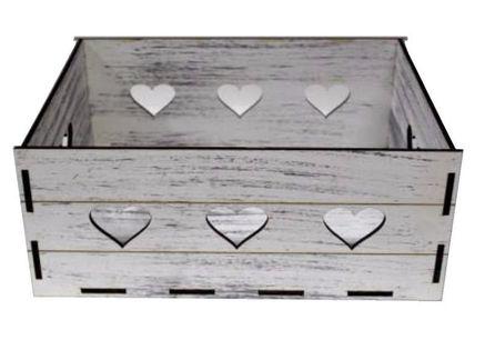 Pudełko skrzynka dla rodziców na prezent z wyciętymi sercami.