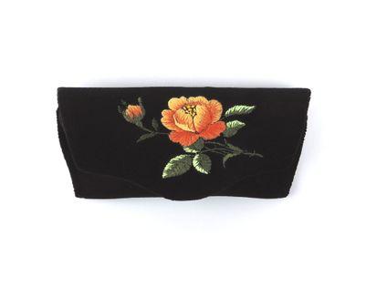 Czarne etui na okulary z haftem łowickim - pomarańczowa róża