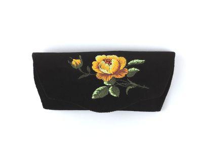 Czarne etui na okulary z haftem łowickim - żółta róża