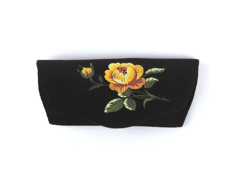 Czarne etui na okulary z haftem łowickim - żółta róża zdjęcie 1