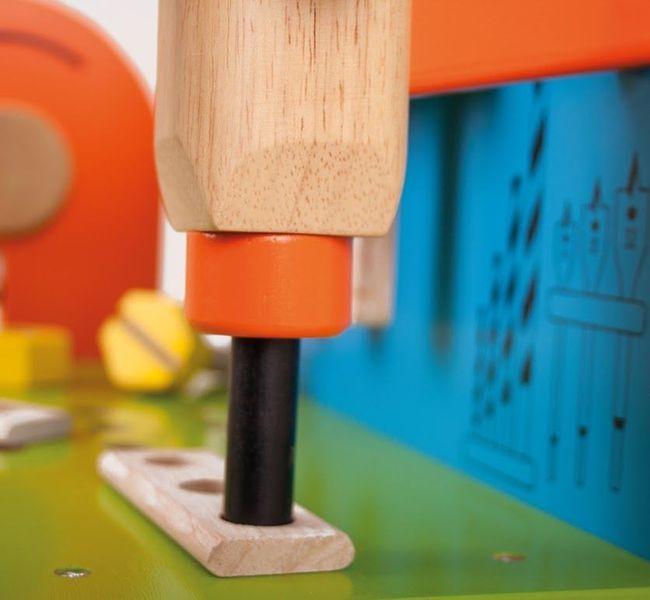 Drewniany warsztat majsterkowicza z narzędziami zdjęcie 3