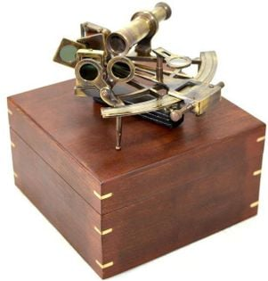 Duży sekstans mosiężny w pudłku drewnianym NC1517