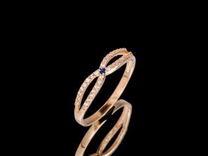 P671 Złoty pierścionek z szafirem i cyrkoniami. 585