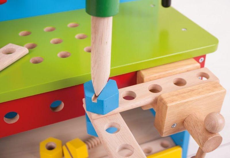 Drewniany warsztat majsterkowicza z narzędziami zdjęcie 6