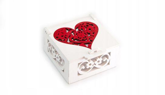 Białe ażurkowe pudełko na obrączki. Czerwone serce