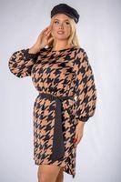 Wzorzysta sukienka o prostym kroju z paskiem - Multikolor 40