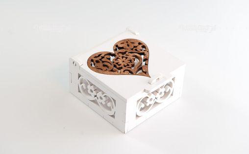 Białe Pudełko z brązowym sercem.