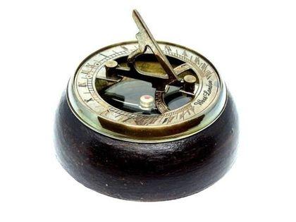 Mosiężny kompas i zegar słoneczny na podstawie drewnianej NC2865