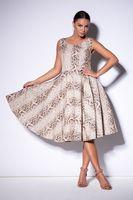 Sukienka we wzór z delikatnie rozkloszowanym dołem - Beżowy 44