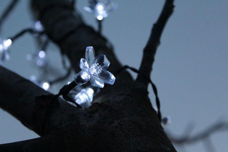 Lampki solarne 50 LED JoyLight w kształcie kwiatków, zimne białe zdjęcie 7