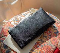 Poduszka relaksacyjna na oczy Magia w świetle księżyca TWORKY - żakardowa czarna