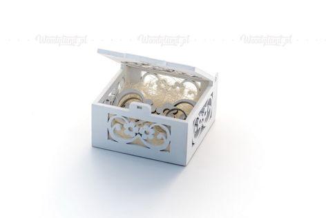 Pudełko na obrączki ze srebrnym brokatowym sercem.