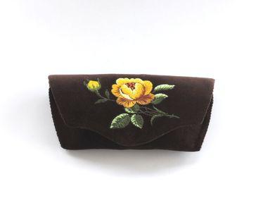 Brązowe etui na okulary z haftem łowickim - żółta róża