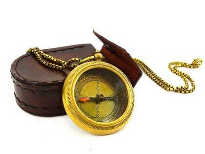 Kompas mosiezny z łańcuszkiem w skórzanym etui Com-0470