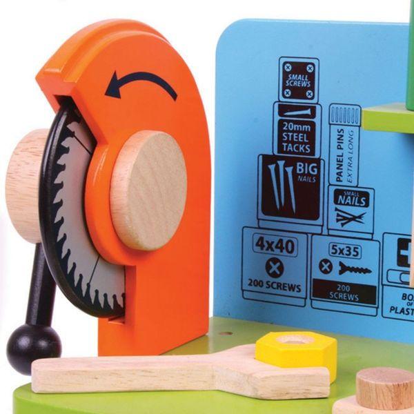 Drewniany warsztat majsterkowicza z narzędziami zdjęcie 2