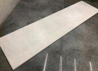 Betonowe schody, szare płytki z rowkiem 100x30