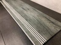 Szare drewnopodobne płytki na schody 100x300 rowki