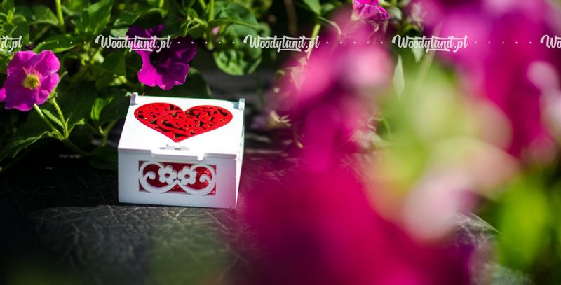 Szkatułka, pudełko z czerwonym sercem - na obrączki ślubne. na Arena.pl