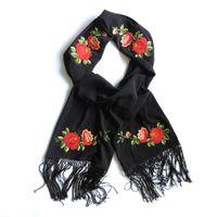Elegancki czarny szal z haftem łowickim (czerwone róże)