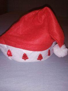 Czapka św.Mikołaja z 5 świecącymi choinkami.