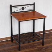 Metalowy stolik nocny, czarny z drewnianym blatem