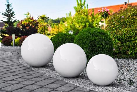 Kula ogrodowa Era 38cm kula dekoracyjna z żywicy poliestrowej biała