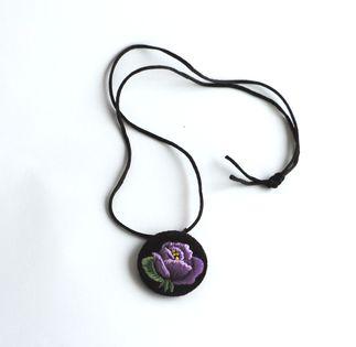 Haftowany wisiorek łowicki z fioletową różą