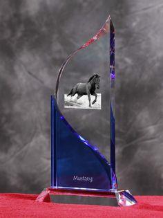 Mustang- Kryształowa statuetka z podobizną konia.