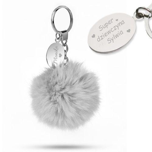 Brelok do kluczy Pompon szary z Grawerem, zawieszka do torebki, prezent dla dziewczyny, prezent dla żony, prezent dla niej na Arena.pl