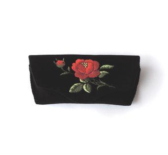 Czarne etui na okulary z haftem łowickim - czerwona róża