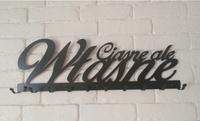 Metalowy wieszak na ścianę z napisem Ciasne ale własne