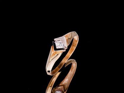 P694 Złoty pierścionek z kwadratową cyrkonią. 333