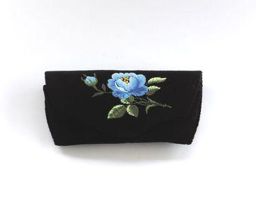 Czarne etui na okulary z haftem łowickim - niebieska róża