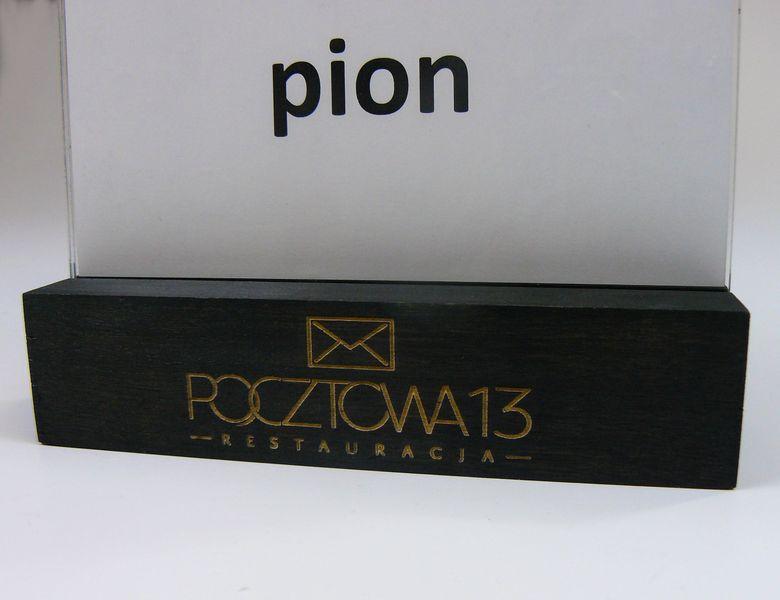 stojak na menu ulotkę plexi z drewnianą podstawką z grawerem A5 10szt na Arena.pl