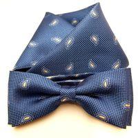 Mucha niebieska z tłoczonym jasno szarym wzorem paisley i poszetką